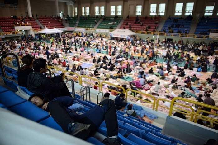 Khung cảnh bên trong nhà thi đấu dùng làm nơi ở cho các thân nhân hành khách