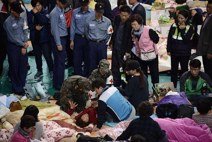Người phụ nữ ngất trong khi ngồi chờ tin tức