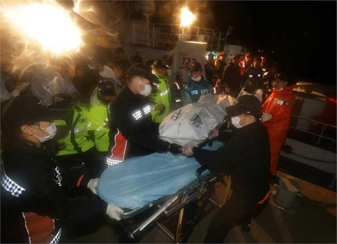 Thi thể nạn nhân được đưa lên bờ