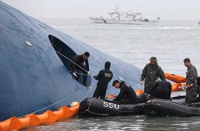 Nhân viên cứu hộ làm việc trong thời tiết biển động