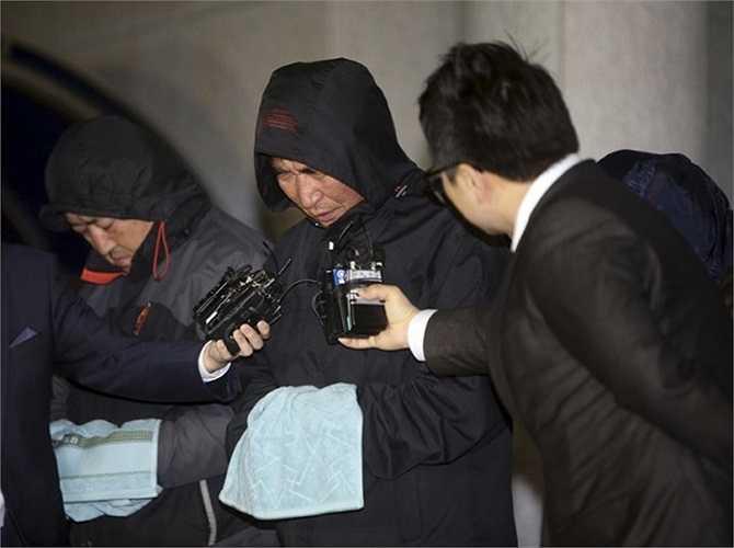 Phóng viên phỏng vấn thuyền trưởng Lee Joon-seok