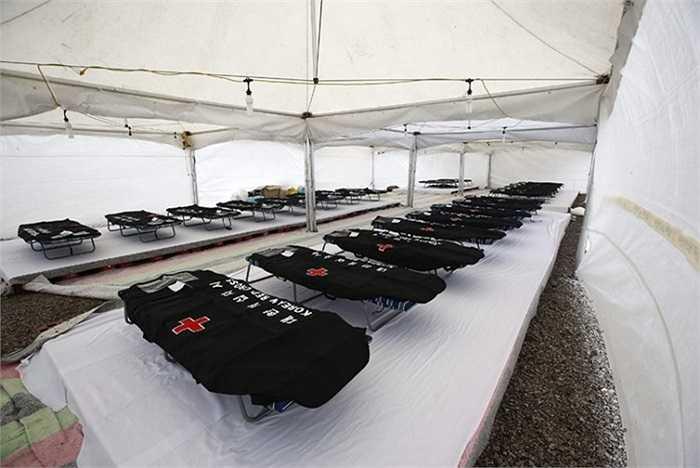 Nhà xác tạm thời được dựng lên dành cho các nạn nhân trong vụ chìm phà