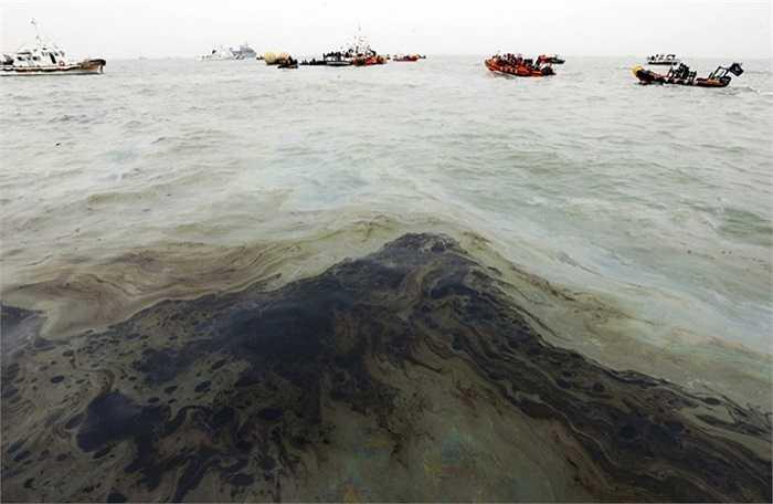 Vệt dầu loang trên biển