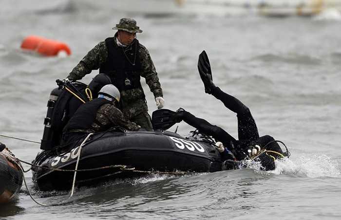 Thợ lặn Hải quân Hàn Quốc làm nhiệm vụ tìm kiếm