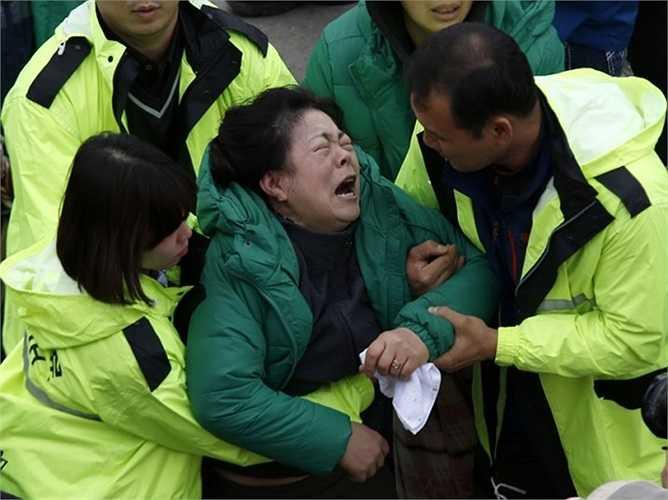 Người phụ nữ khóc thét trong lúc chờ tin tức từ người thân