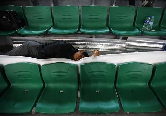 Giấc ngủ tạm bợ của những người thân hành khách
