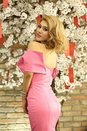 Trong thiết kế vai trần, Maria Đinh Phương Ánh quyến rũ người đối diện với vòng một căng tràn.
