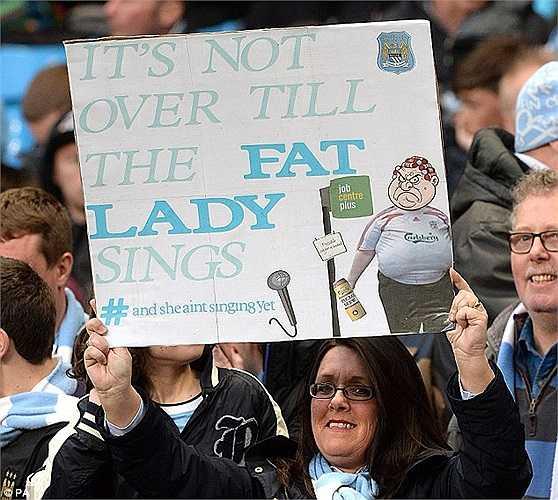 Fan Man City cũng trêu chọc HLV Brendan Rodgers ngầm ý muốn nói cuộc đua vô địch vẫn chưa kết thúc