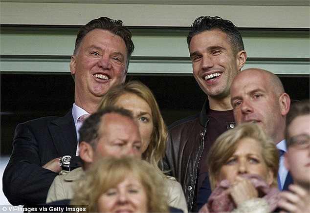 Hiện tại, có nguồn tin cho rằng Louis Van Gaal là 'Người được chọn' tiếp theo của Man Utd. Trong ảnh, Van Gaal cùng Van Persie vui vẻ đi xem một trận bóng ở Hà Lan vào cuối tháng trước