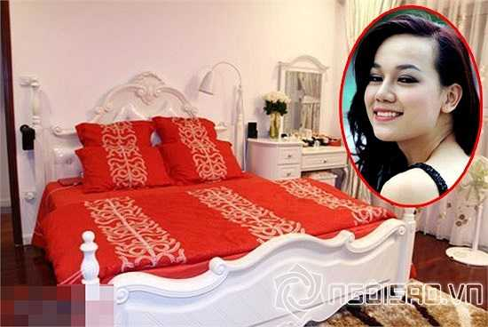 Hà Hoài Thu chọn cho mình hai gam màu chủ đạo trong phòng ngủ là màu trắng và đỏ nhằm tạo nên nét sang trọng, nổi bật.