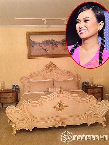 Giường ngủ của nữ ca sỹ Hà Phương mang phong cách Hoàng gia.
