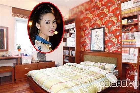 Phòng ngủ của Á hậu Thùy Trang trông rất thân thiện. Trên đầu giường treo bức hình cô gái Nhật vì Trang có sở thích đọc truyện tranh của Nhật Bản.
