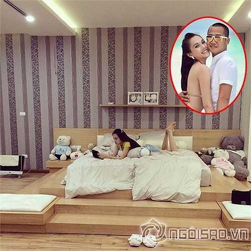 Phòng ngủ của vợ chồng Ngọc Thạch thiết kế trang nhã với nội thất siêu sang và có nhiều  gấu bông đáng yêu.