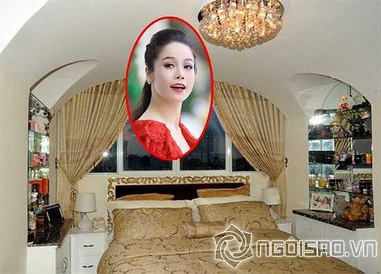 Giường ngủ ấm cúng của nữ ca sỹ Nhật Kim Anh.