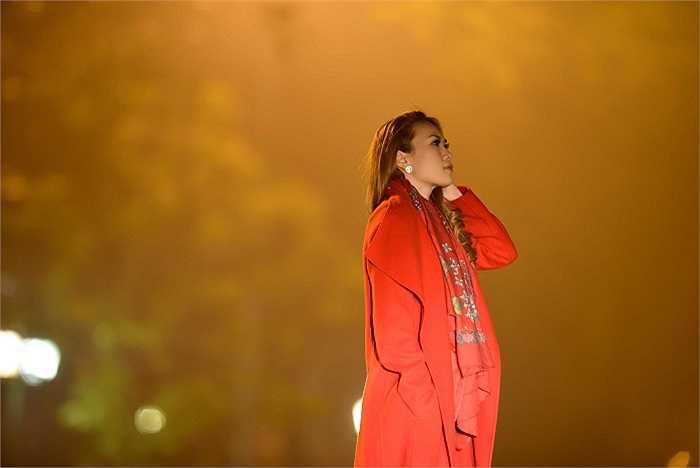 Mỹ Tâm chia sẻ, sau một đêm diễn, cô và một vài người bạn thân thiết quyết định rủ nhau đi dạo bờ hồ Hoàn Kiếm.
