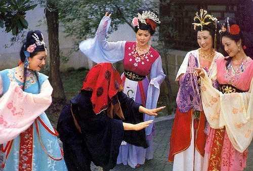 Váy áo của các nữ diễn viên nhiều màu sắc, phục sức cũng cầu kỳ song không gây cảm giác lòe loẹt. (Theo Vnexpress).