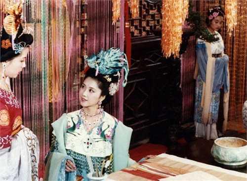Chu Lâm (giữa), diễn viên sinh năm 1952, thủ vai Quốc vương Nữ Nhi Quốc.