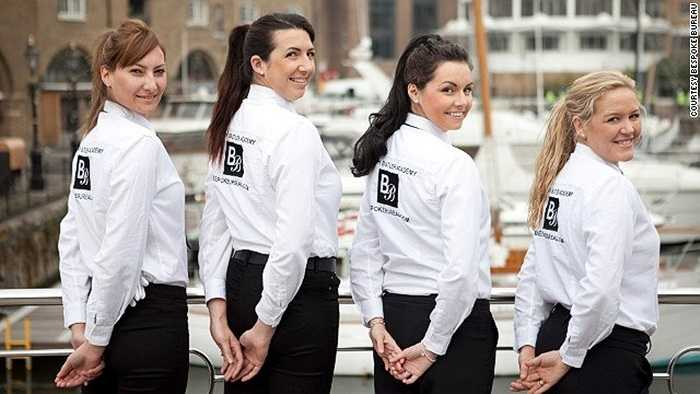Những cô gái trẻ trung, xinh xắn được tuyển chọn kỹ lưỡng thành thạo nhiều kỹ năng đặc biệt để phục vụ các chuyến du lịch dài ngày trên du thuyền dành cho các đại gia