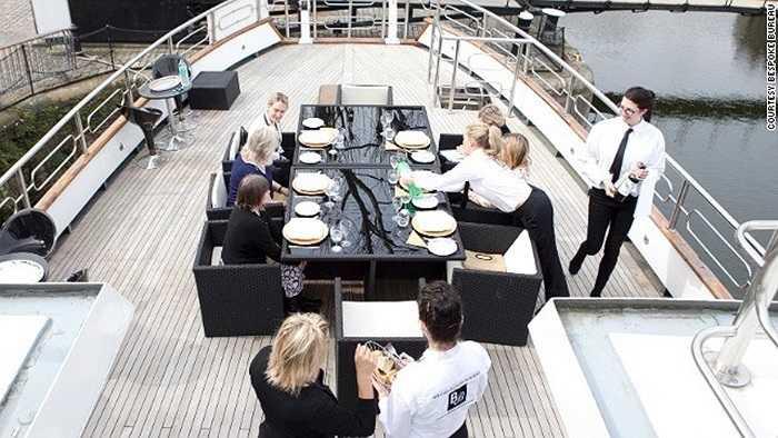 Các nhân viên tập cách bày biện thức ăn ngoài trời.