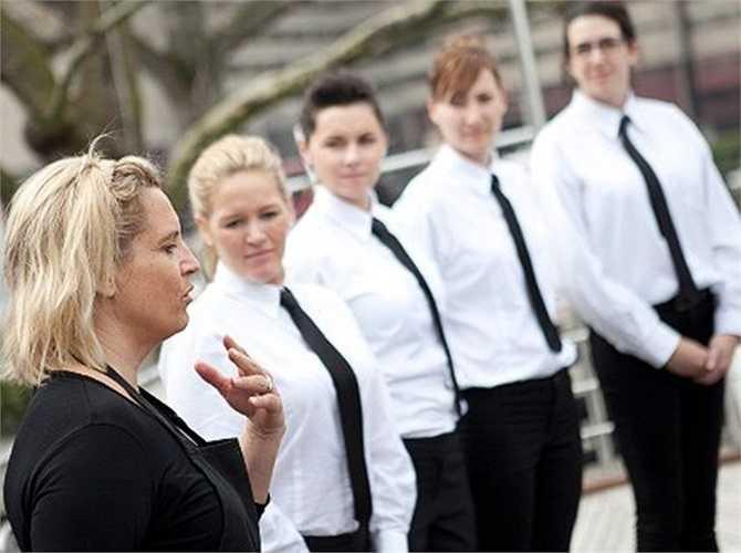 Kết thúc mỗi khóa học, mỗi người sẽ được nhận lên các du thuyền và làm việc thực tế. Lương của nhân viên phục vụ khá cao, khoảng 1.000-6.000 USD/tuần