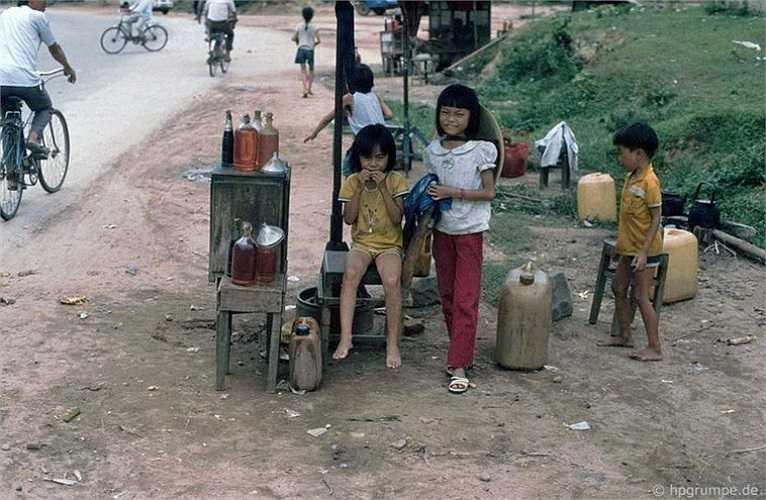 Một quầy bán xăng bên đường.