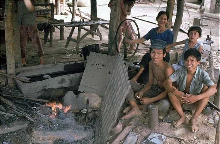 Những thiếu niên trong xưởng rèn.