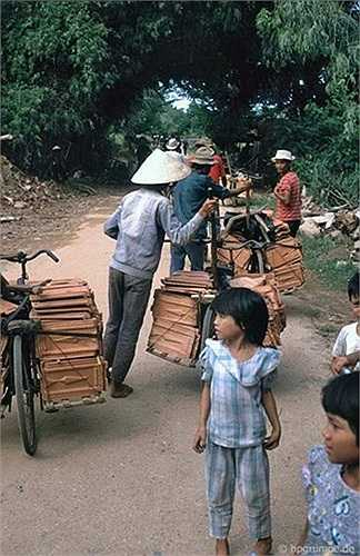 Chở gạch ngói trên đường làng bằng xe đạp.