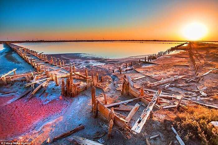 Những lớp muối bám dày trên các khu vực cạn nước