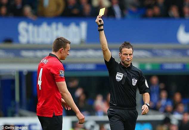 Phil Jones cũng đã phải nhận thẻ vàng