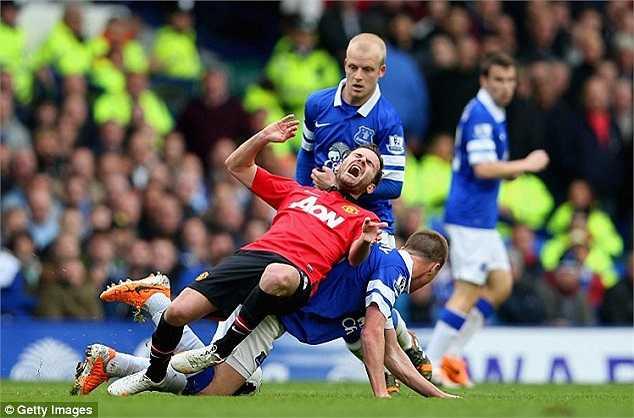 Cầu thủ dẫn dắt lối chơi của Man Utd bị khóa chặt bởi những chiếc bóng áo xanh