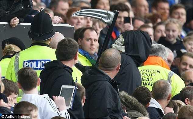 Hành động có phần quá khích này, diễn ra ngay sát khu vực ban huấn luyện của Man Utd nên ban quản lý Goodison Park đã phải can thiệp