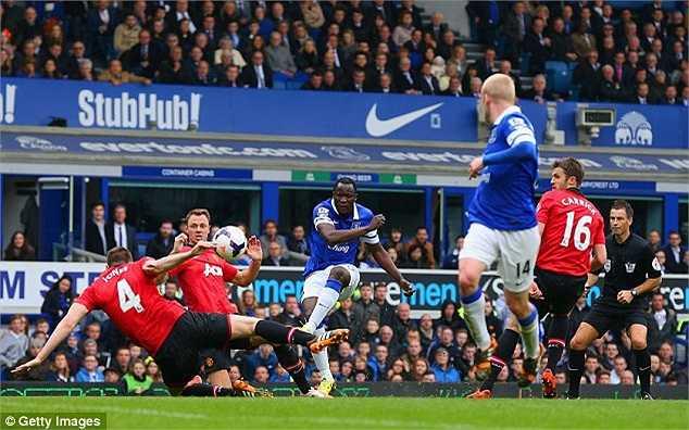 Quay trở lại với trận đấu, dù Man Utd là đội ép sân ngay từ đầu trận nhưng Everton mới là đội có bàn thắng dẫn trước. Phil Jones chứng tỏ sự thiếu kinh nghiệm trong tình huống cản phá để bóng chạm tay trong vòng cấm