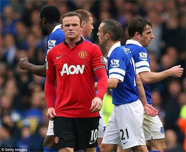 ... trái lặp với nét mặt cau có của 'thần đồng' Everton một thời - Wayne Rooney