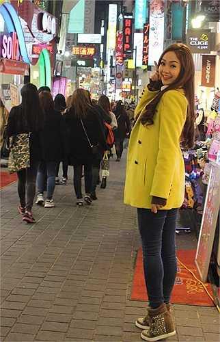 Minh Hằng ưu tiên những trang phục màu sắc sặc sỡ, phụ kiện nổi bật, cách tạo dáng cũng theo phong cách Hàn Quốc.