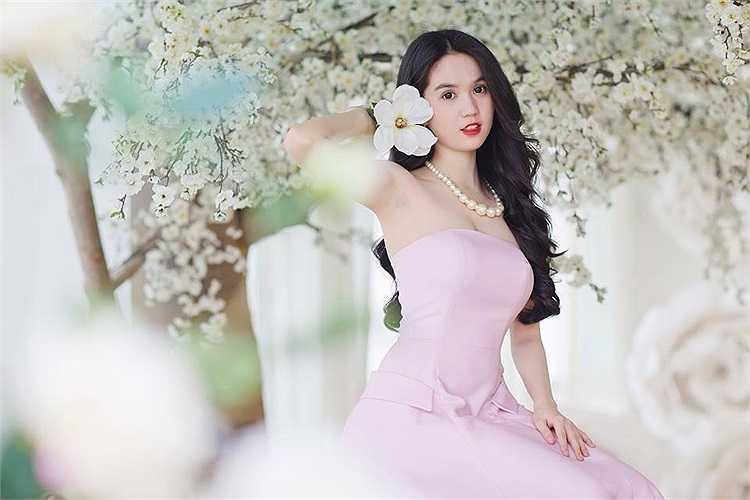 Người đẹp diện những trang phục khoe nhan sắc ngọt ngào, quyến rũ.
