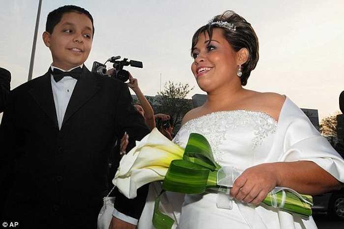 Anh Uribe kết hôn với chị Claudia Solis vào năm 2008.