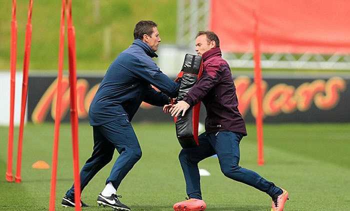 Rooney tập rất nặng trên sân tập. Gã Shrek áp dụng những bài rèn sức mạnh như của môn bóng bầu dục