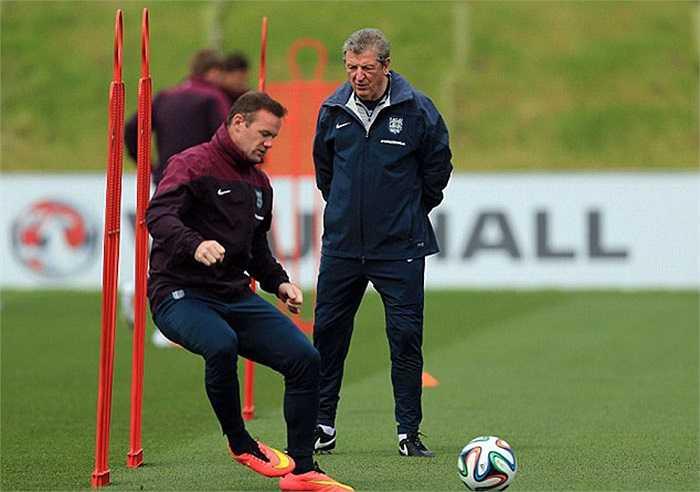 Ngoài tập thể lực, Rooney cũng khởi động cả với bóng. Đã gần 1 tháng, Wazza chưa thi đấu chính thức