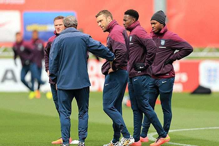HLV Roy Hodgson chỉnh sửa các học trò sau từng động tác