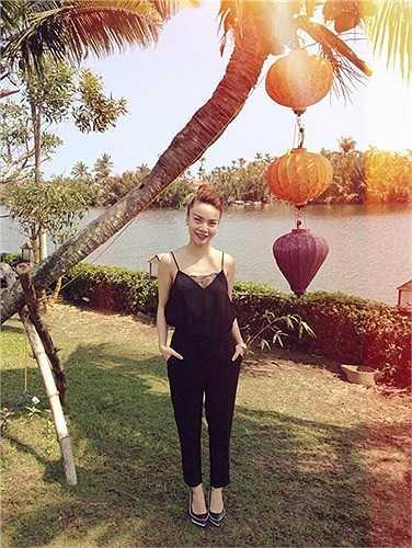 Yến Trang với chiếc áo hai dây được may thêm mảng đáp ren rất gợi cảm và cũng góp phần tăng thêm sự sang chảnh cho chiếc áo. Cô kết hợp nó với chiếc quần dáng suông và giày mũi nhọn thanh lịch.