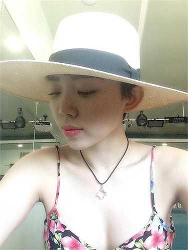 Tóc Tiên khoe làn da mướt mắt và vòng 1 căng đầy với áo hai dây in họa tiết hoa sôi động.