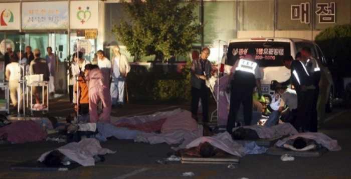 Ngọn lửa xuất hiện vào giữa đêm ở tầng 2 của bệnh viện, tọa lạc tại hạt Jangseong, tỉnh Jeolla. Trong ảnh là thi thể các nạn nhân được đưa ra ngoài.