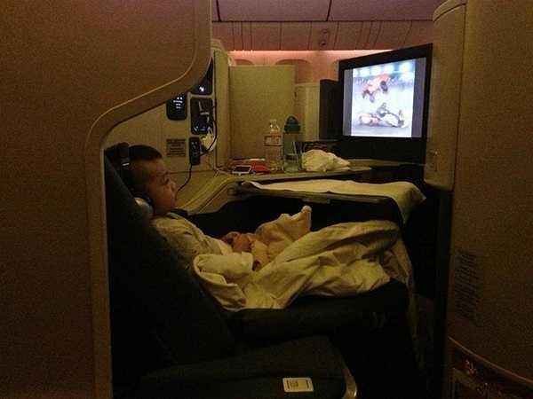 Đây cũng là chuyến đi Mỹ đầu tiên của nhóc tỳ đình đám showbiz Việt. Cậu còn được bố mẹ mua vé máy bay hạng nhất đắt tiền.