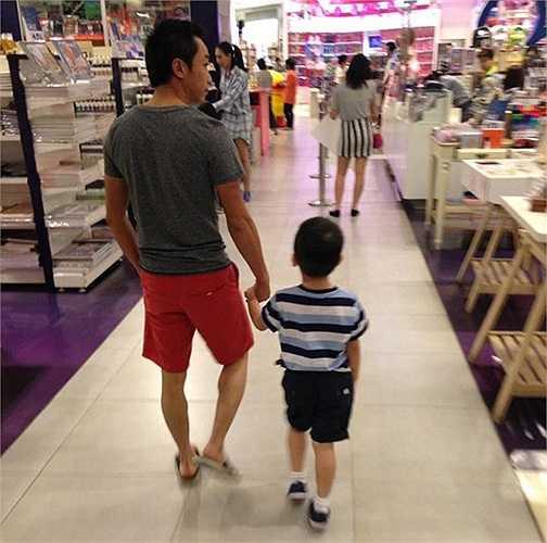 Dù ở Sài Gòn hay trong các chuyến du lịch, bố Cường Đô la không ngần ngại đảm nhận việc dẫn con trai tới những trung tâm thương mại.