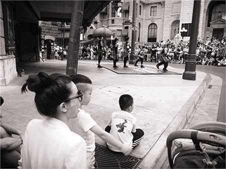 Subeo tỏ ra thích thú khi được bố mẹ dẫn tới những địa điểm du lịch nổi tiếng ở Singapore và xem biểu diễn nghệ thuật đường phố.