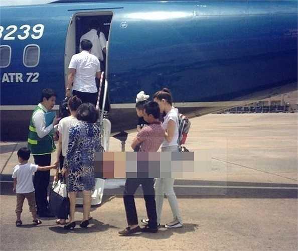 Quê nội Gia Lai cũng là nơi Subeo thường được bố mẹ đưa về thăm. Hồ Ngọc Hà và Cường Đô la từng bị bắt gặp đưa Subeo về quê nội bằng máy bay vào năm ngoái. Trong ảnh, bà mẹ trẻ che nắng cho Subeo còn Cường Đô la thì bế bồng cậu bé chuẩn bị lên máy bay.