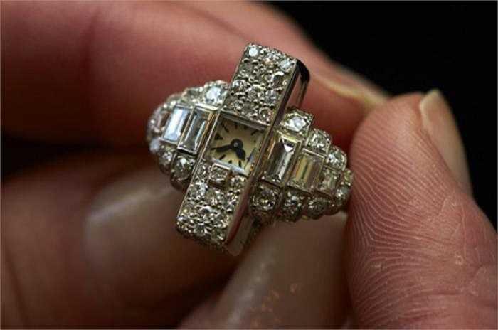 Một viên kim cương vàng 100 carat cũng vừa được đấu giá 16,3 triệu USD. Những thương vụ đắt tiền này cho thấy mức độ hấp dẫn của kim cương màu, cao hơn hẳn so với những viên kim cương trong suốt và nguyên chất nhất.