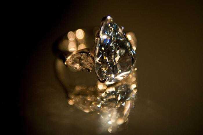 Thông thường, người ta thấy phảng phất sắc xám trong kim cương xanh da trời.