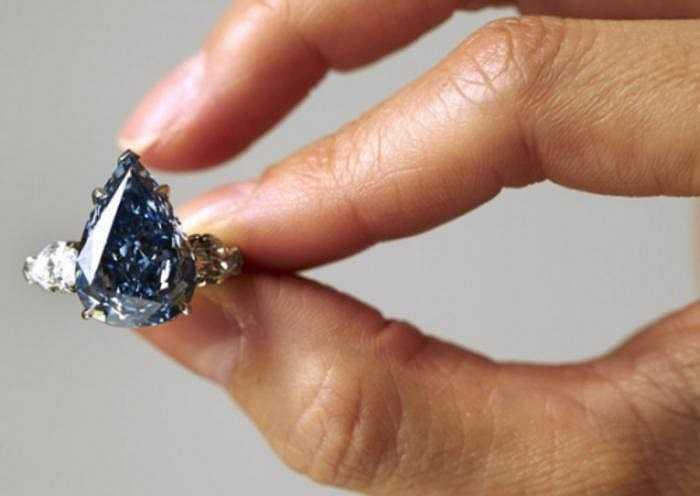 Màu xanh của loại kim cương này được tạo ra nhờ sự hiện diện của các cặn chất hóa học Bo - càng nhiều nguyên tố Bo, độ sâu của màu xanh càng lớn.