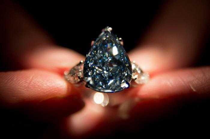 Kim cương xanh lá cây có tông màu sáng và chiều sâu của màu không cao. Nó thường được xếp vào bảng màu xanh hơi vàng, và chủ yếu tập trung ở bề mặt, thay vì phủ kín toàn bộ viên kim cương.